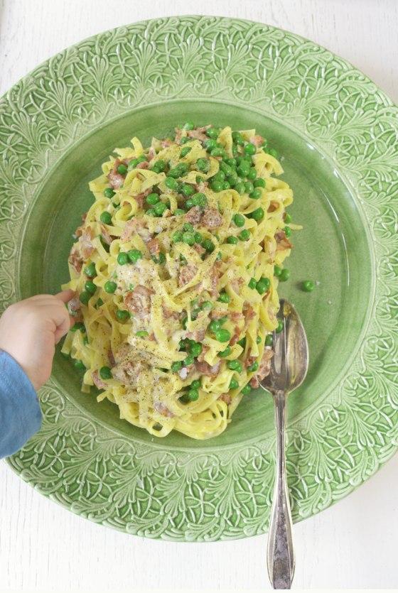 pasta-carabonara-med-hand